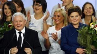Chủ tịch đảng Pháp luật và Công lý (Ba Lan) Jaroslaw Kaczynski và người được ông chỉ định làm Thủ tướng, bà Beata Szydlo. Ảnh chụp ngày 25/10/2015 tại Vacxava.