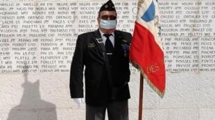 Um veterano carrega a bandeira francesa durante a cerimônia para lembrar os 75 anos do fim da Segunda Guerra Mundial nesta sexta-feira, 8 de maio de 2020, em Nice.