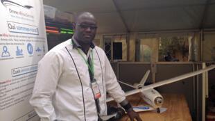 Abdoul Aziz Kouche, fondateur de Drone Africa service présente un prototype de drone civil lors du forum Sahelinnov à Niamey.
