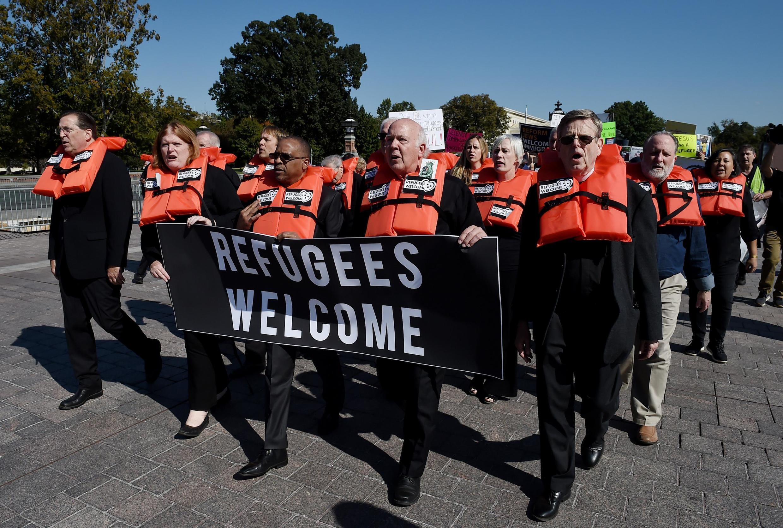Face à la décision de n'accueillir que 15 000 réfugiés aux États-Unis, les organisations de défense des droits de l'homme sont indignées et déplorent le renoncement de l'Amérique à ses valeurs humanitaires.