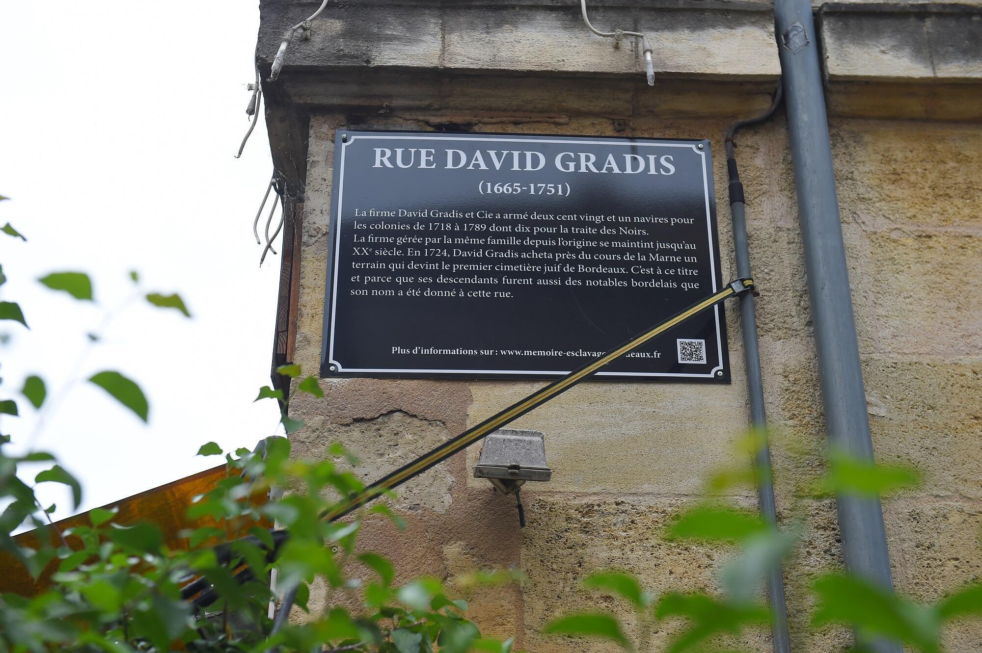 Bordeaux, que foi o segundo maior porto de escravos da França, colocou placas explicativas em cinco ruas com nomes de traficantes de escravos.