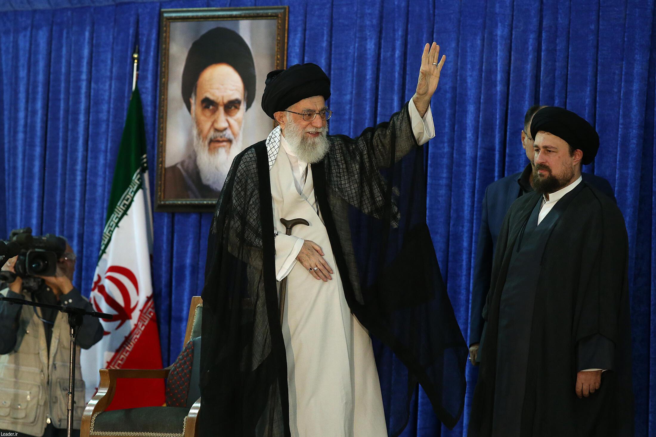 آیت الله خامنه ای در کنار حسن خمینی در مراسم بیستوهشتمین سالگرد مرگ آیت الله خمینی، تهران، یکشنبه چهاردهم خرداد