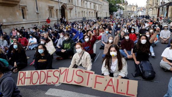 Manifestation pour le retrait d'une statue de Cecil Rhodes à l'extérieur de l'Oriel College à Oxford, le 9 juin 2020.