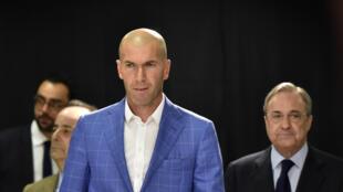 Zinédine Zidane à son arrivée à la conférence de presse du président du Real Madrid Florentino Perez (D) qui l'intronise comme entraîneur du club madrilène, le 4 janvier 2016.