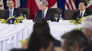 Từ trái sàng phải: Tổng thống Mỹ Barack Obama, Đại diện Thương mại Hoa Kỳ Mike Froman và Chủ tịch Việt Nam Trương Tấn Sang.