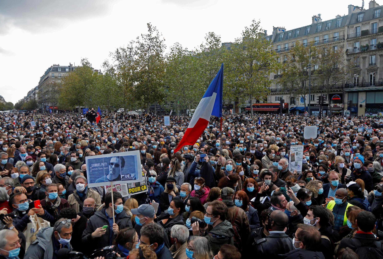 Митинг памяти погибшего учителя на площади Республики в Париже. 18.10.2020
