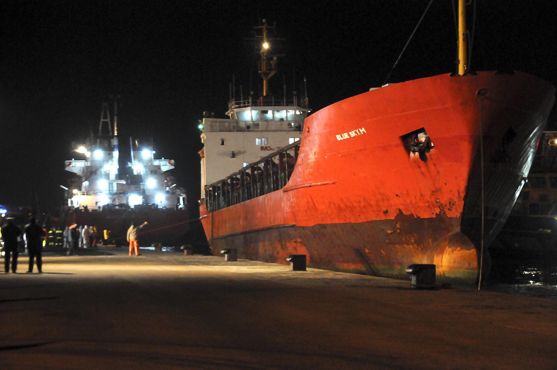 Le Blue Sky M, avec à son bord près de 800 candidats à l'immigration, à son arrivée au port italien de Gallipoli le 31 décembre dernier.