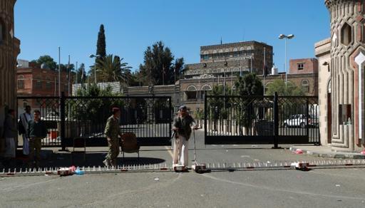 Askari wa Yemen na wanamgambo wa Kishia wa Houthiwakitoa ulinzi katika lango la Ikulu ya rais katika mji wa Sanaa baada ya shambulio Februari 7, 2015.