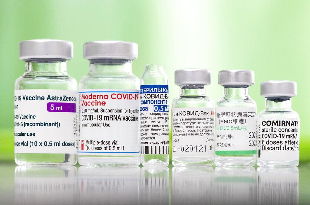 Lọ đựng các loại oại vac-xin được dùng tại Hungary. Ảnh chụp tại một trạm y tế ở Nyiregyhaza, Hungary, ngày 01/04/2021.