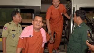 Dans l'affaire des députés agressés, deux des suspects escortés vers le tribunal pour une audition fin avril 2016.