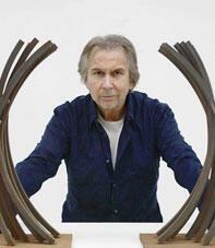 O artista Bernar Venet ao lado da maquete dos arcos monumentais.
