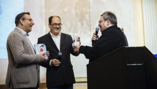 """Os jornalistas franceses Jacques Duplessy e Guillaume de Morand recebem o prêmio """"Ética"""" pelo livro """"O tour da França da corrupção"""""""