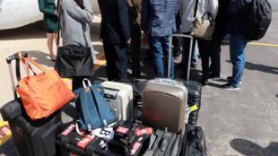 Jornalistas sul-coreanos, que visitarão o local de testes nucleares em Punggye-ri, chegam ao aeroporto de Kalma em Wonsan, Coréia do Norte, em 23 de maio de 2018.