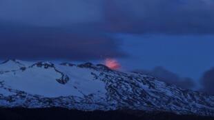 El volcán Copahue visto desde el Alto Biobío (Chile).