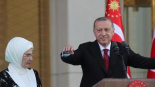 Presidente Erdogan, juntamente com a esposa Emine Erdogan, durante o seu discurso de investidura ontem, no dia 9 de Julho.