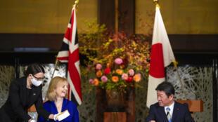 La ministre britannique du Commerce international Liz Truss et le ministre japonais des Affaires étrangères Toshimitsu Motegi, à Tokyo le 23 octobre 2020.