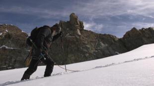 Jean-Marc Rochette dans le massif des Écrins, son terrain de jeu et d'expression.