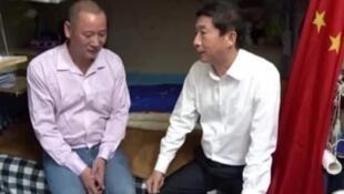 """骆惠宁探访者的""""劏房户""""(上),被发现是中国传媒的""""采访宠儿""""(下)(网络图片)"""