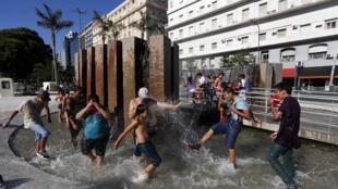 La gente busca refrescarse ante el calor, con una temperatura de hasta 40 grados.
