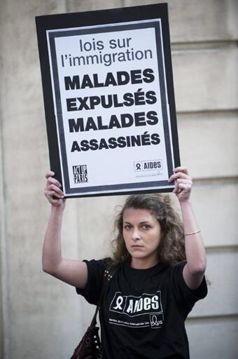 Poeple protested at the French Senate against the change in the law, 3 May 2011