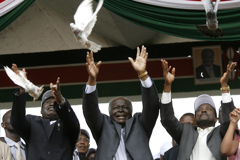 Kenyan president Mwai Kibaki (Center), PM Raila Odinga (L) and vice-president Kalonzo Musyoka release doves during the constitutional campaign