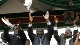 Kenyan president Mwai Kibaki (Center), PM Raila Odinga (L) and vice-president Kalonzo Musyoka release doves during the constitutional campaign