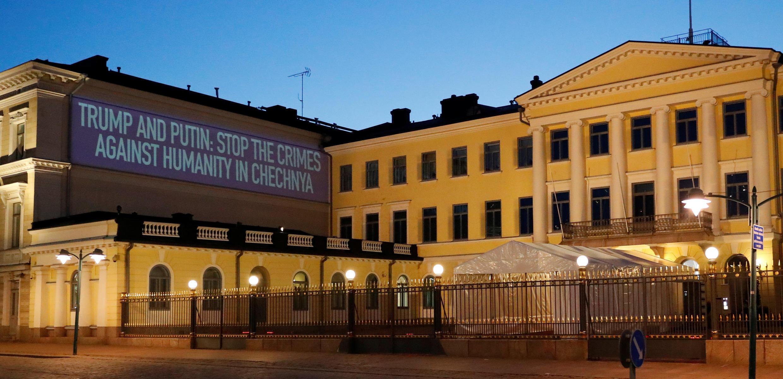 Активисты установили проектор у президентского дворца в Хельсинки