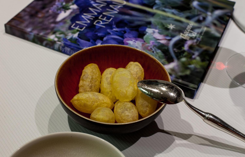 Картофель в альпийской кухне — обычное явление. Он обязательно встретится в тартифлете, вареную картошку подают к раклету, от входит в состав традиционного блюда фарсеман. Эмманюэль Рено готовит воздушный картофель и рассказывает его секрет. Его нужно прос
