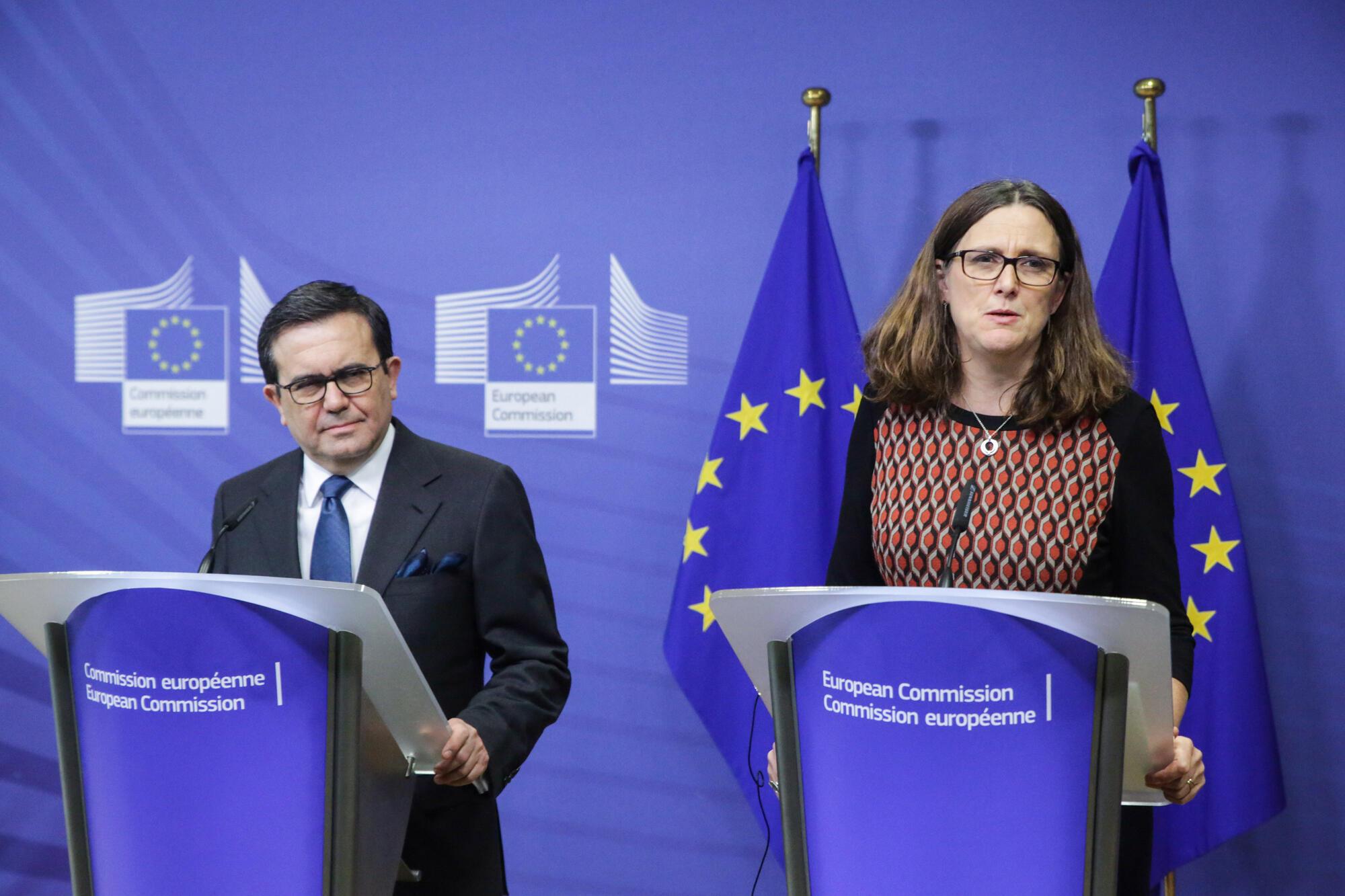 (Photo d'illustration) Le ministre mexicain de l'Economie Ildefonso Guajardo et la Commissaire européenne au Commerce Cecilia Malmstrom après une rencontre consacrée aux relations commerciales entre l'Union Européenne et le Mexique, le 21 décembre 2017.