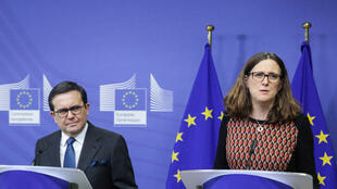 Le ministre de l'économie mexicain Ildefonso Guajardo et la Commissaire européenne au commerce Cecilia Malmstrom après une rencontre consacrée aux relations commerciales entre l'Union Européenne et le Mexique, le 21 décembre 2017.