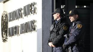 Des policiers en armes devant le siège des Nations unies à Genève, le 10 décembre 2015.