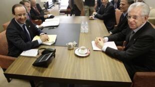 Le président  français François Hollande (g) et le Premier ministre italien Mario Monti, lors d'une réunion à Bruxelles, le 28 juin 2012.