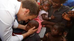 امانوئل ماکرون رئیس جمهوری فرانسه در جریان سفرش به بورکینافاسو