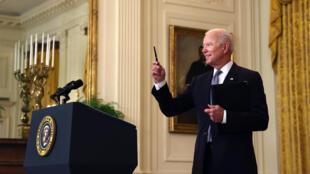 El presidente de Estados Unidos, Joe Biden, responde una pregunta sobre la situación con respecto a Israel y Hamas después de dar una actualización sobre el programa de vacunación y respuesta al COVID-19 en el Salón Este de la Casa Blanca, el 17 de mayo de 2021, en Washington.