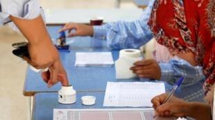 Opération de vote pendant le second tour de la présidentielle en Tunisie, Tunis, le 13 octobre 2019.