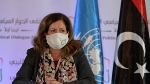 Stephanie Williams, représentante spéciale adjointe de l'ONU chargée des affaires politiques en Libye, s'exprime à Tunis après deux jours de discussions, le 11 novembre 2020.