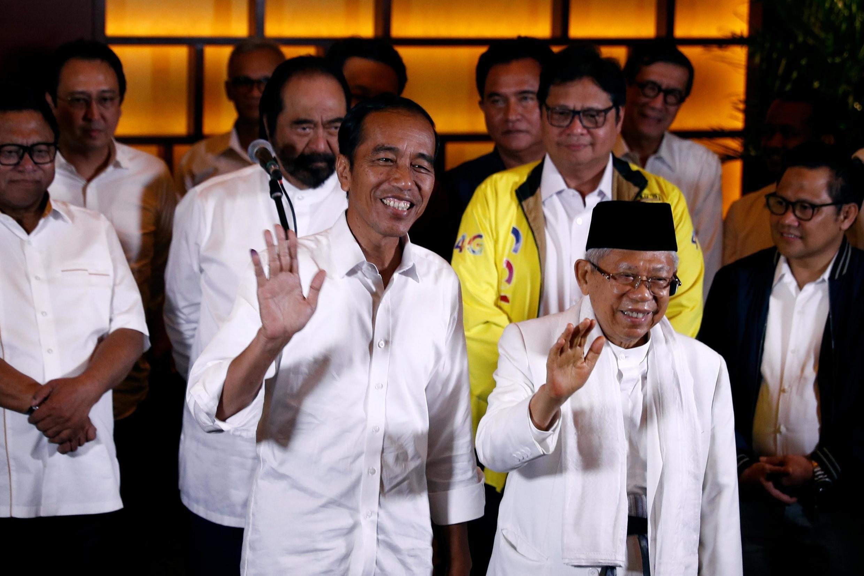 Le président indonésien sortant Joko Widodo (à g.) et son colistier Ma'ruf Amin à Jakarta, le 17 avril 2019.