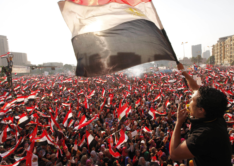 Người biểu tình trên quảng trường Tahrir chiều ngày 3/7/2013 đang chờ đón tin phế truất tổng thống Mohamed Morsi.