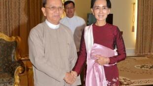 Shugabar 'yan adawan Myanmar Aug San Suu Kyi da shugaban kasar Thein Sein  a fadar shugaban kasa da ke Naypyidaw. Birmanie