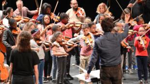 Des enfants pendant les répétitions à l'Opéra de Massy, 2019, dans le cadre de Démos, programme musical à vocation sociale, prix d'encouragement Praemium Imperiale.