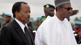 Le président du Nigeria, Muhammadu Buhari (G), aux côtés de son homologue du Cameroun, Paul Biya, lors de sa visite officielle à Yaoundé, le 29 juillet 2015.