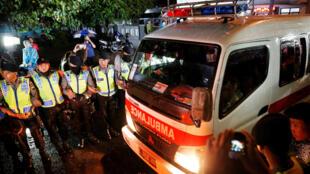 Une ambulance transporte le corps d'un prisonnier exécuté sur l'île de Nusa Kambangan, le 29 juillet 2016.