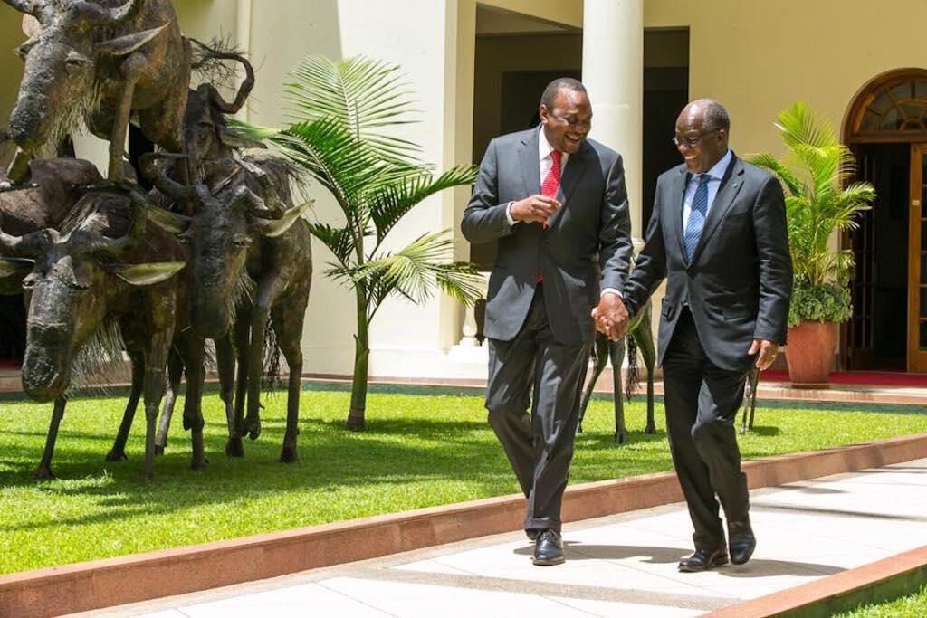 Rais wa Kenya, Uhuru Kenyatta (kushoto) akiwa na mgeni wake Rais wa Tanzania, John Magufuli (kulia), 30 October 2016