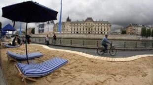 Paris Plage 2011 inaugura sob a chuva.