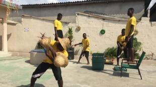 Segun Ola a pu offrir une résidence pendant six mois à quelques élèves de son école choisis parmi  les 20 élèves pour leur assiduité, leur capacité à vivre avec les autres notamment.