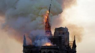 La chute de la flèche de la cathédrale Notre-Dame de Paris, lors de l'incendie du 15 avril 2019.