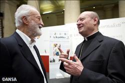 """Nhà báo Eugenio Scalfari, người sáng lập tờ Repubblica (T) nói chuyện với hồng y Gianfranco Ravasi, """"bộ trưởng Văn hóa Vatican"""", tại """"Không gian của các lương dân"""", Roma, 25/09/2013. Ảnh Radio Vatican."""