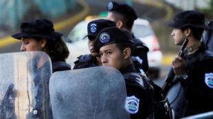Policías delante del edificio de 100% Noticias en Managua el 22 de diciembre de 2018, cuyo director y directora de prensa fueron detenidos en diciembre.