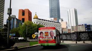 La photo d'Andres Manuel Lopez Labrador, candidat à la présidentielle mexicaine, placardée sur un bus à Mexico (illustration).