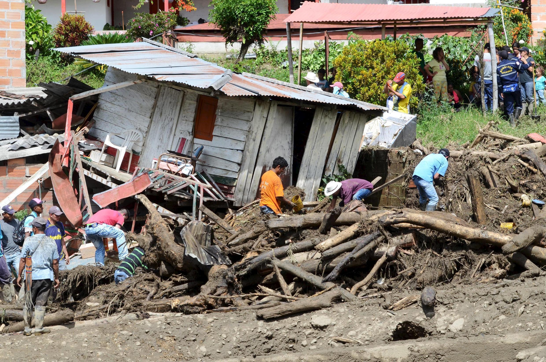 Moradores removem entulho e procuram por vítimas soterradas no município de Salgar.